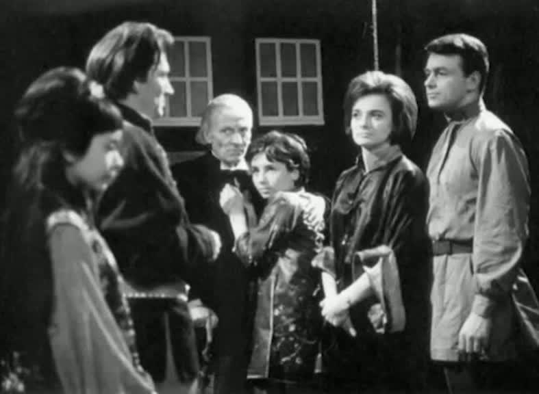 Altra scena, con tutti i protagonisti davanti al TARDIS